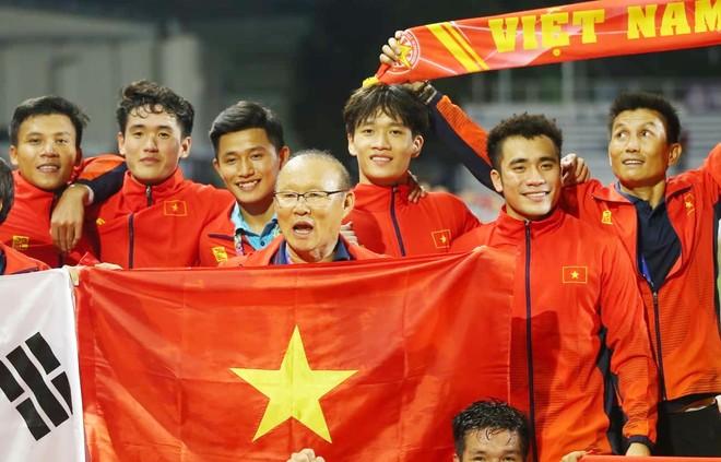 HLV Park Hang-seo cùng học trò nêu cao tinh thần Việt Nam tại SEA Games
