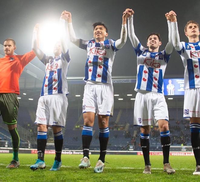 Văn Hậu cùng đồng đội ăn mừng chiến thắng 2-0