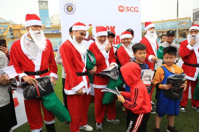Thành Lương, Đức Huy hoá ông già noel tặng quà 130 cầu thủ nhỏ tuổi ảnh 2