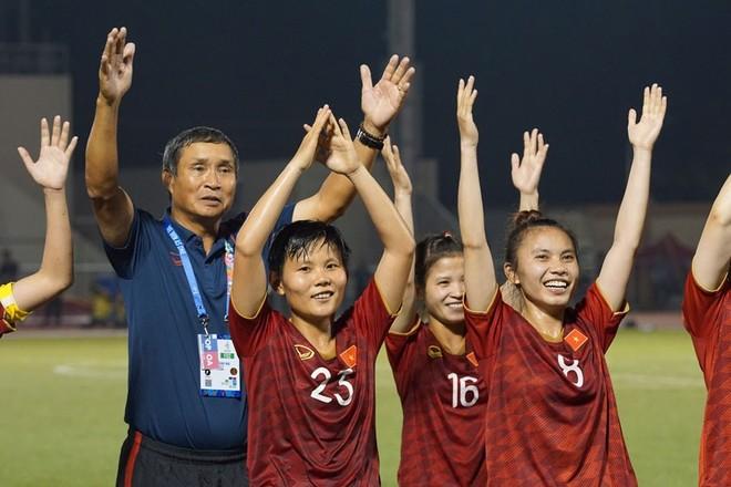 HLV Mai Đức Chung hy vọng các doanh nghiệp hứa thưởng sẽ sớm chuyển tiền để cầu thủ có tiền sắm Tết, sau một năm tập luyện, thi đấu vất vả
