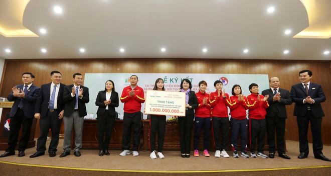 Phó Chủ tịch nước Đặng Thị Ngọc Thịnh cùng đại diện Tập đoàn Hưng Thịnh trao quà cho đội tuyển nữ Việt Nam