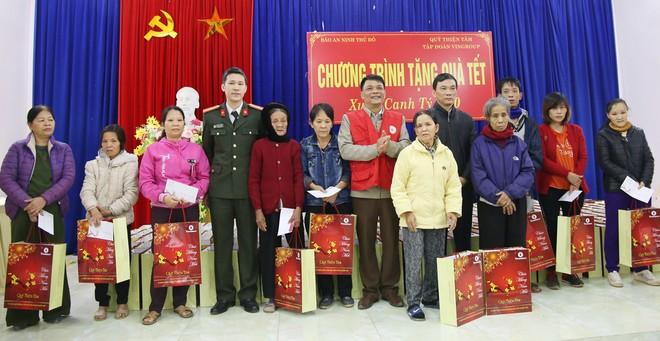 Thiếu tá Vũ Mạnh Hùng - Phó Tổng biên tập Báo An ninh Thủ đô, Trưởng đoàn công tác trao 500 suất quà Tết của Quỹ Thiện tâm Tập đoàn Vingroup cho các hộ nghèo tại 12 xã, thị trấn huyện Hạ Hòa, Phú Thọ