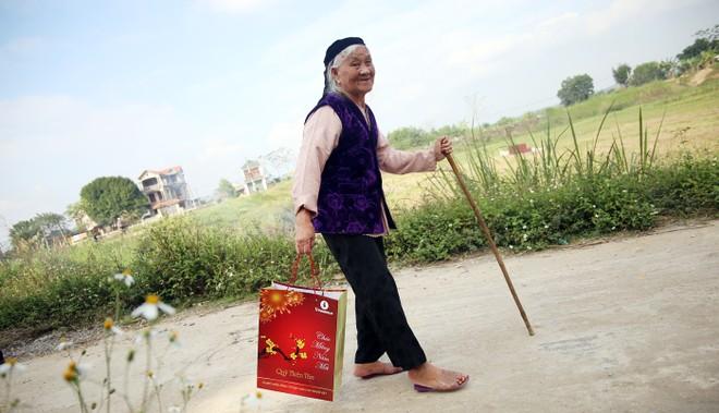 Bà Lê Thị Lâu phấn khởi ra về với món quà Tết của đoàn công tác