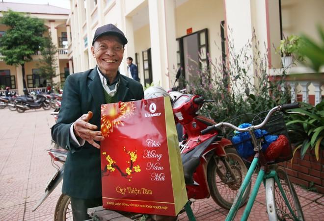 Ông Nguyễn Thanh Bình dự tính dùng khoản tiền đoàn công tác trao tặng để mua hương hoa lễ vật dâng bàn thờ gia tiên trong ngày Tết