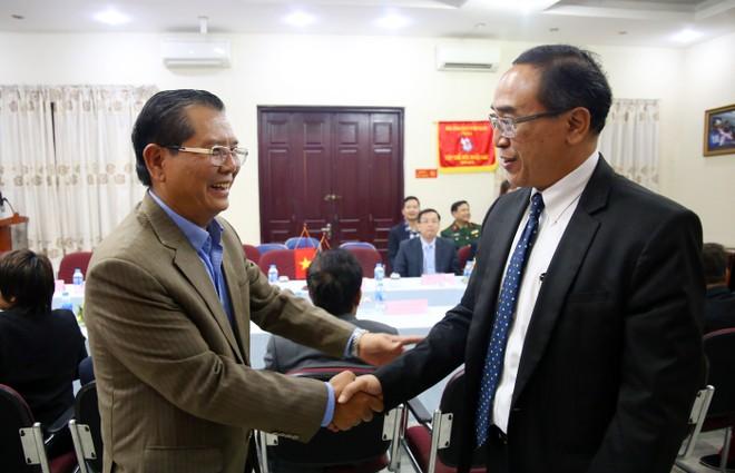 Chủ tịch Hội Nhà báo thành phố Hà Nội Tô Quang Phán (trái) bắt tay thân mật Đại sứ đặc mệnh toàn quyền Vương quốc Thái Lan tại Việt Nam Tanee Sangrat