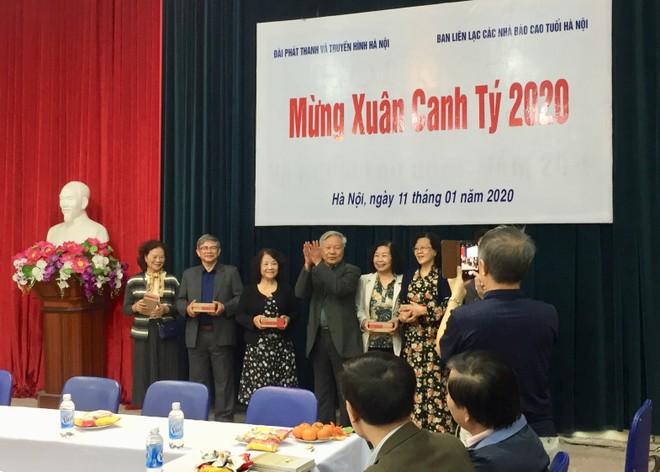 Tặng quà chúc mừng các cựu nhà báo nhân dịp Xuân Canh Tý 2020