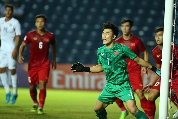 Thủ môn Bùi Tiến Dũng nằm trong số ít cầu thủ U23 Việt Nam chơi tốt cả hai trận đã qua