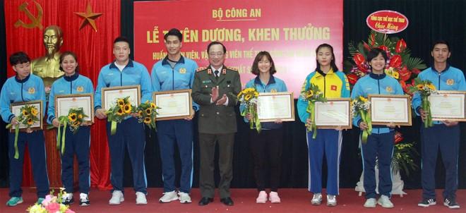 Thượng tướng Nguyễn Văn Thành - Thứ trưởng Bộ Công an, trao bằng khen cho các VĐV CAND xuất sắc năm 2019