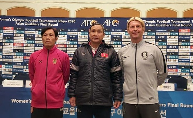 HLV Mai Đức Chung (giữa) cùng HLV trưởng Myanmar và Hàn Quốc tại họp báo