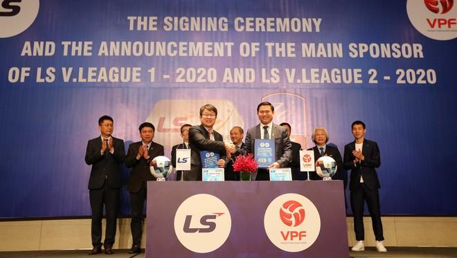 Đại diện VPF và LS Holdings tại lễ ký tài trợ
