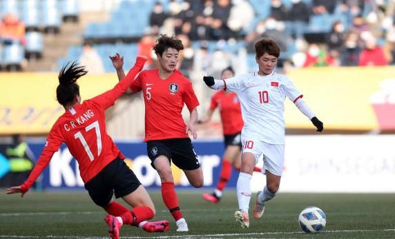 Tuyển nữ Việt Nam (áo trắng) trong trận thua Hàn Quốc, chiều 9-2