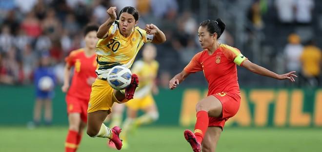 Tuyển Australia (áo vàng) giành ngôi nhất bảng B và sẽ gặp Việt Nam ở vòng play-off