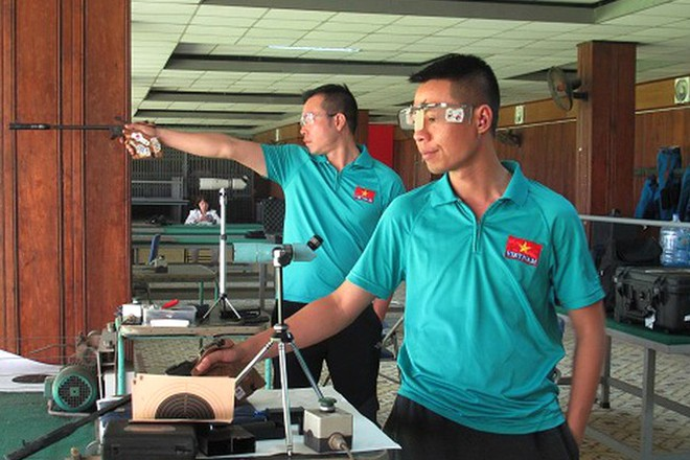 """Hai xạ thủ Hoàng Xuân Vinh và Trần Quốc Cường (phải) vẫn đang """"mắc kẹt"""" tại Hàn Quốc - ổ dịch Covid-19 lớn thứ hai thế giới"""