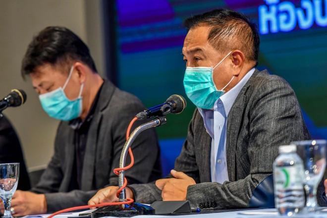 Chủ tịch FAT Somyot đeo khẩu trang phát biểu trong một cuộc họp