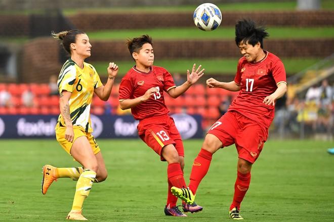 Biết khó lật ngược thế cờ nên tuyển nữ Việt Nam (áo đỏ) sẽ đặt mục tiêu có bàn thắng vào lượt Australia ở trận lượt về ngày 11-3 tới