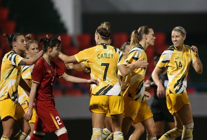 Australia (áo vàng) ăn mừng bàn thắng sớm trong hiệp 1