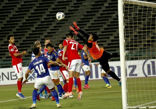 CLB Than Quảng Ninh (áo đỏ) thắng giòn giã Svay Rieng để chiếm ngôi nhì bảng G