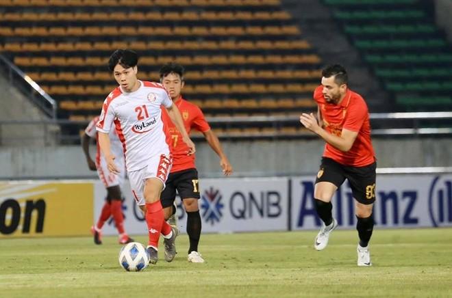 Tạm hoãn các trận đấu kế tiếp của TP.HCM (áo trắng) và Than Quảng Ninh tại AFC Cup