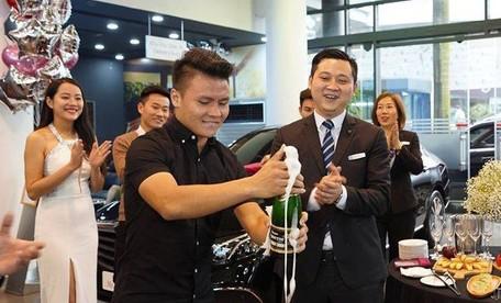 Sắm siêu xe trong mùa dịch, Quang Hải vô tình trở thành đề tài bàn tán