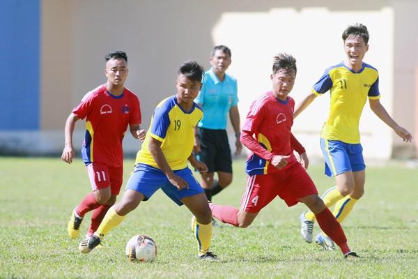 Cầu thủ U21 Đồng Tháp (áo đỏ) trong trận hòa U21 Vĩnh Long 1-1 tại vòng loại giải U21 quốc gia ngày 19-6-2019 (Ảnh: VFF)