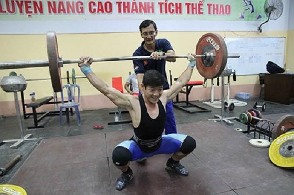 Thầy trò HLV Huỳnh Hữu Chí và Thạch Kim Tuấn đang phải vừa tập vừa nghe ngóng thông tin từ IOC để điều chỉnh giáo án