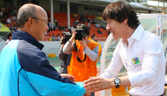 Thành công của HLV Park Hang-seo (trái) đang tạo áp lực cho các đồng nghiệp đồng hương, trong đó có Shin Tae-yong