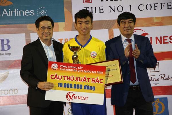 Chỉ vì 10 triệu đồng tiền chia độ mà Trần Công Minh đã tự huỷ hoại danh dự và tương lai (Trong ảnh: Công Minh nhận danh hiệu Cầu thủ xuất sắc nhất giải U19 quốc gia 2019)