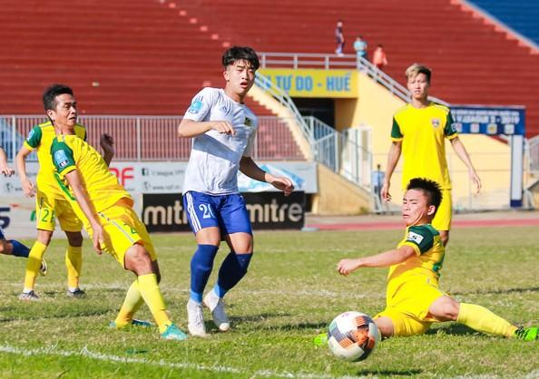 CLB Huế (giữa) nằm trong số đội gặp bất lợi với lịch thi đấu hiện tại