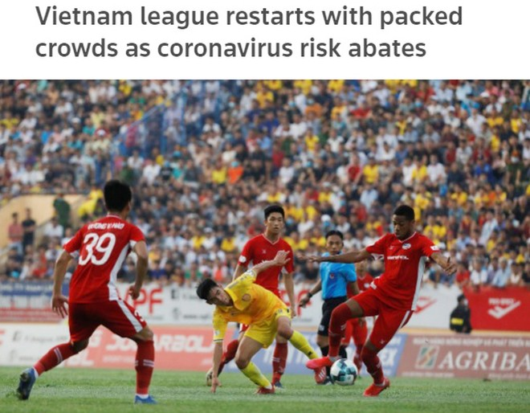 Reuters đăng tải bức ảnh trận Nam Định - Viettel chật cứng khán giả và bày tỏ ấn tượng với không khí V-League trong ngày trở lại sau dịch Covid-19 (ảnh chụp màn hình)