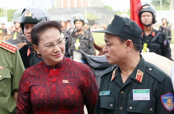 Chủ tịch Quốc hội Nguyễn Thị Kim Ngân trò chuyện cùng đại diện lãnh đạo Đoàn Cảnh sát cơ động kỵ binh