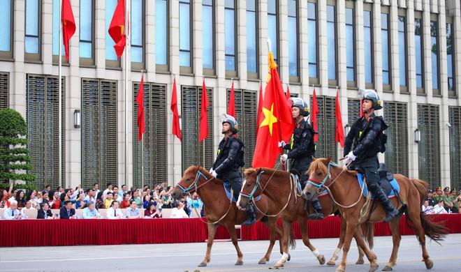 Đoàn Cảnh sát cơ động kỵ binh diễu hành ra mắt, báo cáo kết quả trước các đại biểu Quốc hội, sáng 8-6-2020
