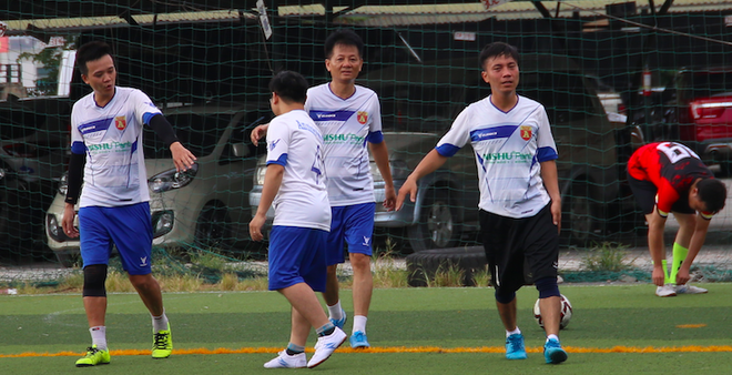 Đội bóng Liên quân Báo An ninh Thủ đô - Công ty tháng Tám (áo trắng) trong chiến thắng 4-2 trước Liên quân Phòng Tài chính - Thanh tra