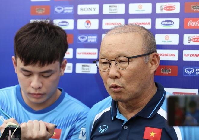 HLV Park Hang-seo trả lời báo chí bên lề buổi tập U22 Việt Nam, chiều 2-7 (Ảnh: Vũ Vy)