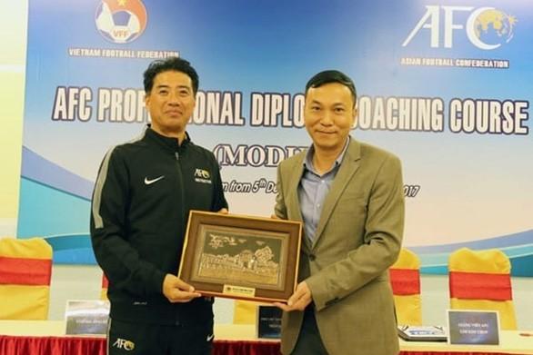 Phó chủ tịch thường trực VFF Trần Quốc Tuấn và tân Giám đốc kỹ thuật Adachi (trái)