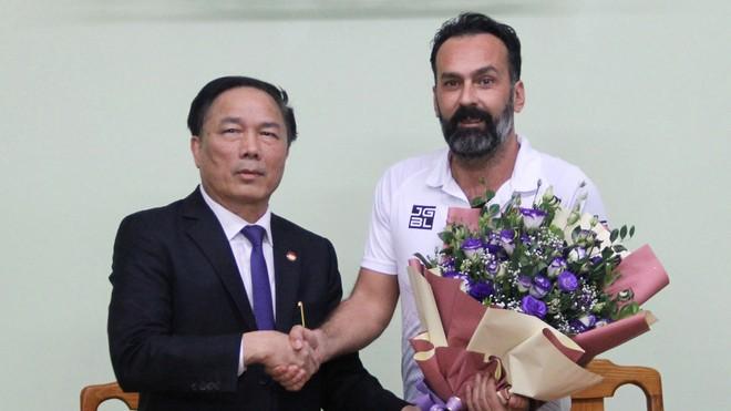 Chủ tịch CLB Nguyễn Văn Đệ và HLV Lopez cùng sẵn sàng gặp nhau ở toà