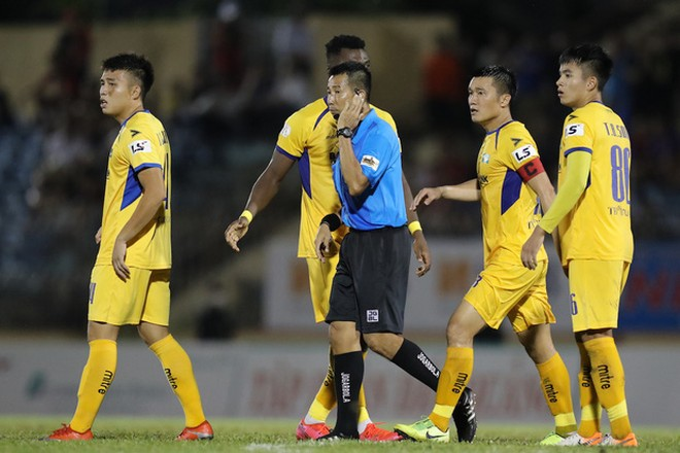 Trọng tài Nguyễn Minh Thuận đưa ra 2 quyết định tranh cãi, gián tiếp tác động tới kết quả trận Quảng Nam - SLNA