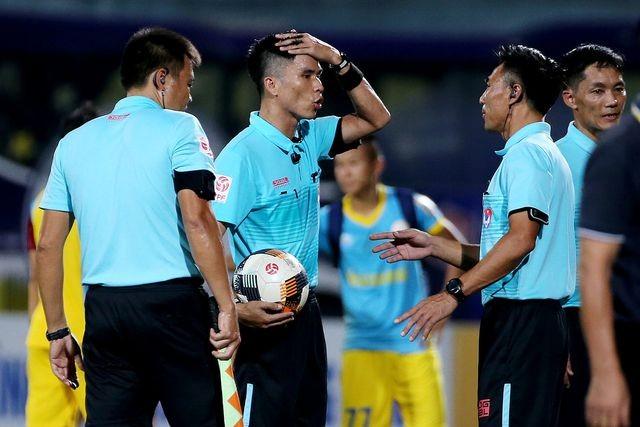 Trọng tài Vũ Phúc Hoan (cầm bóng) nằm trong số trọng tài có quyết định làm sai lệch kết quả trận đấu, bị đề nghị kỷ luật
