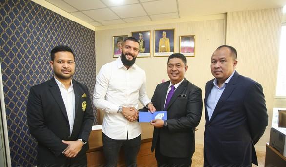 HLV Park Hang-seo đánh giá rất cao tiền vệ gốc Kosovo Liridon Krasniqi (áo trắng) - một trong 7 cầu thủ nhập tịch hiện tại của tuyển Malaysia