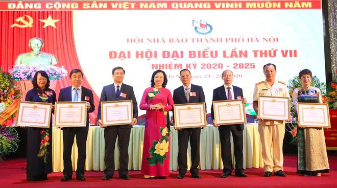 Phó Bí thư Thường trực Thành ủy Hà Nội Ngô Thị Thanh Hằng trao tặng Bằng khen của Thành uỷ cho đại diện 10 cơ quan báo chí và 7 cá nhân có thành tích xuất sắc