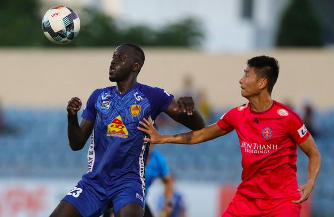 Nếu hủy V-League 2020, CLB Sài Gòn (phải) có thể được trao cúp vô địch sớm còn CLB Quảng Nam không phải xuống hạng theo đề xuất của đại diện một số đội