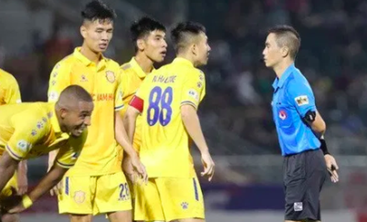 """CLB Nam Định có ít nhất 2 lần bị trọng tài bắt """"oan"""""""