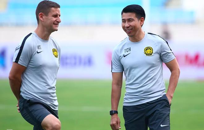 """HLV Tan Cheng Hoe (phải) của Malaysia """"mừng ra mặt"""" khi hay tin hoãn AFF Cup 2020"""