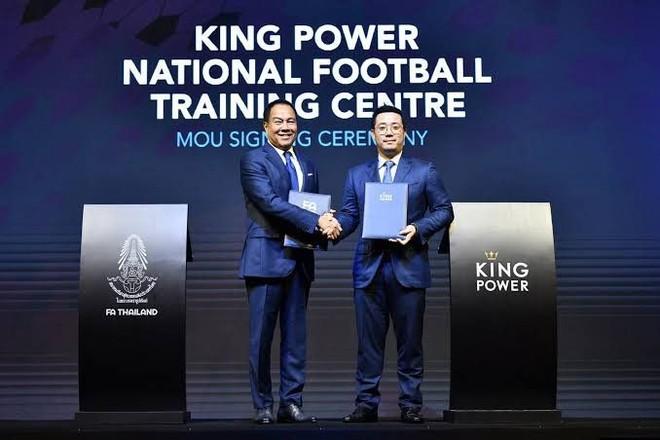 Chủ tịch FAT và Giám đốc điều hành King Power tại một lễ ký kết (Ảnh: SMM Sport)