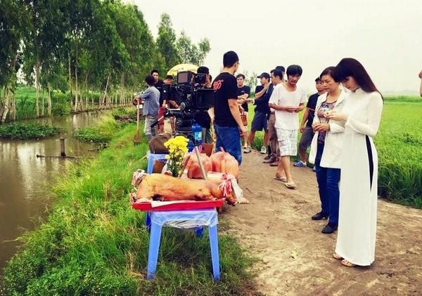 Người mẫu gốc Trà Vinh cùng êkip phim làm lễ cúng cầu bình an và suôn sẻ cho phim