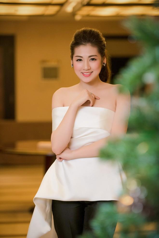 """Á hậu Tú Anh khoe đường cong trong trang phục """"lạ lùng"""" ảnh 4"""