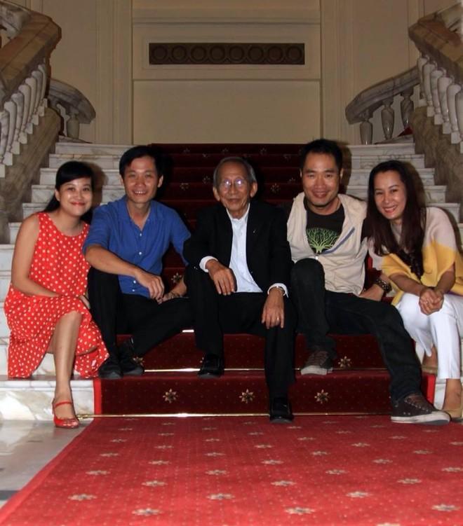 Nhạc sỹ Nguyễn Ánh 9 chụp với nhóm nghệ sĩ Hà Nội tháng 5-2015. (Ảnh Facebook nhạc sĩ - nhà phê bình âm nhạc Nguyễn Quang Long)