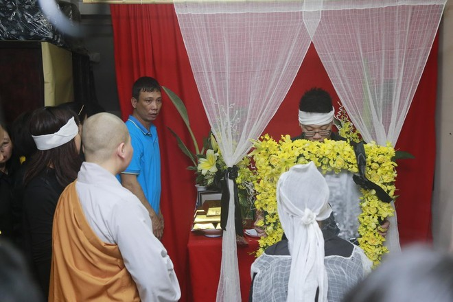 Hình ảnh người thân và bạn bè đưa Trần Lập ghé qua nhà trước khi chôn cất ảnh 10