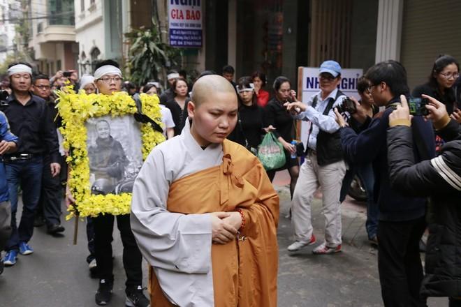 Hình ảnh người thân và bạn bè đưa Trần Lập ghé qua nhà trước khi chôn cất ảnh 2