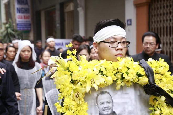 Hình ảnh người thân và bạn bè đưa Trần Lập ghé qua nhà trước khi chôn cất ảnh 3