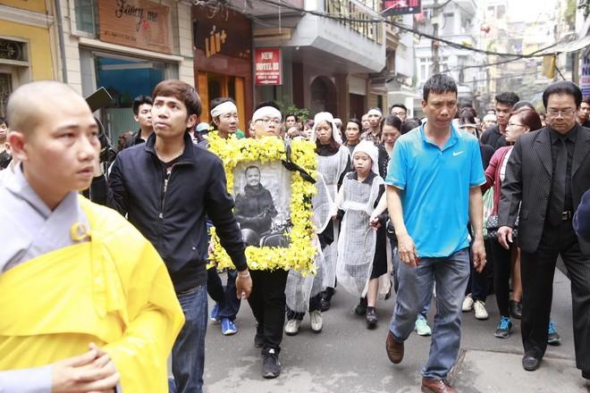 Hình ảnh người thân và bạn bè đưa Trần Lập ghé qua nhà trước khi chôn cất ảnh 11